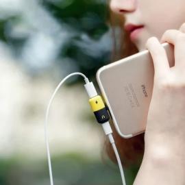 Vaku ® Apple 90 degree 2 in 1 Lightning Splitter